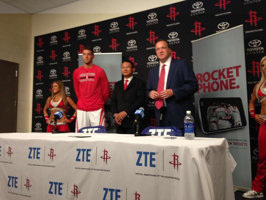 From left, Rockets forward Chandler Parsons, ZTE-USA CEO Lixin Cheng, Rockets CEO Tad Brown. Photo: Dwight Silverman, Houston Chronicle