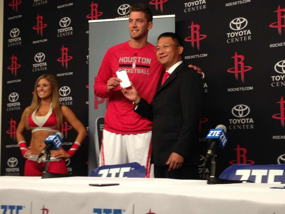 From left, Rockets forward Chandler Parsons and ZTE-USA CEO Lixin Cheng. Photo: Dwight Silverman, Houston Chronicle