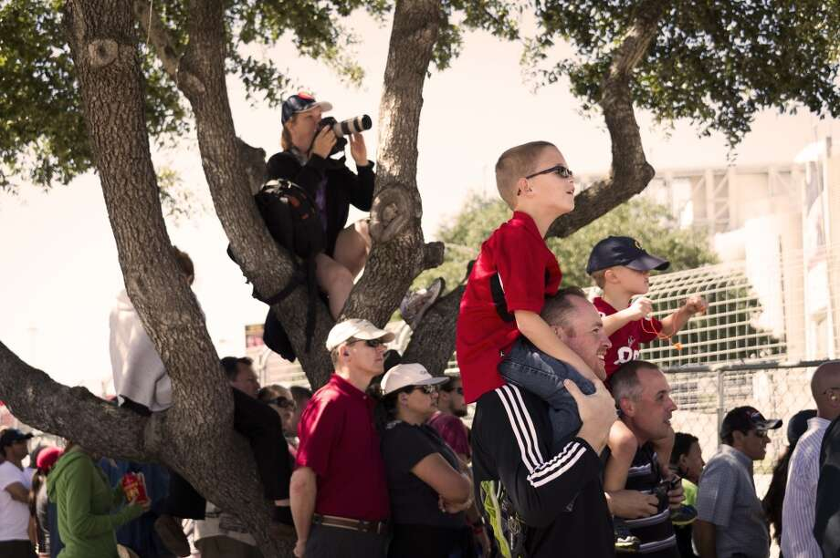 Fans look for a vantage point to watch the second race. Photo: Smiley N. Pool, Houston Chronicle