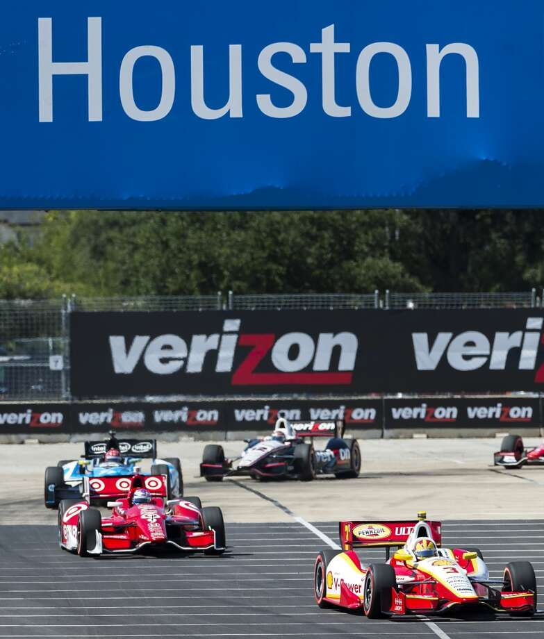 Helio Castroneves (3) leads Scott Dixon (9) during the second race. Photo: Smiley N. Pool, Houston Chronicle