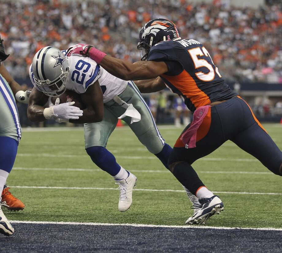Dallas Cowboys' running back DeMarco Murray crosses the goal line for a touchdown as Denver Broncos' linbacker Wesley Woodyard defense in the first half at the AT&T Stadium in Arlington, Texas, Sunday, Oct. 6, 2013. The Broncos won, 51-48. Photo: San Antonio Express-News
