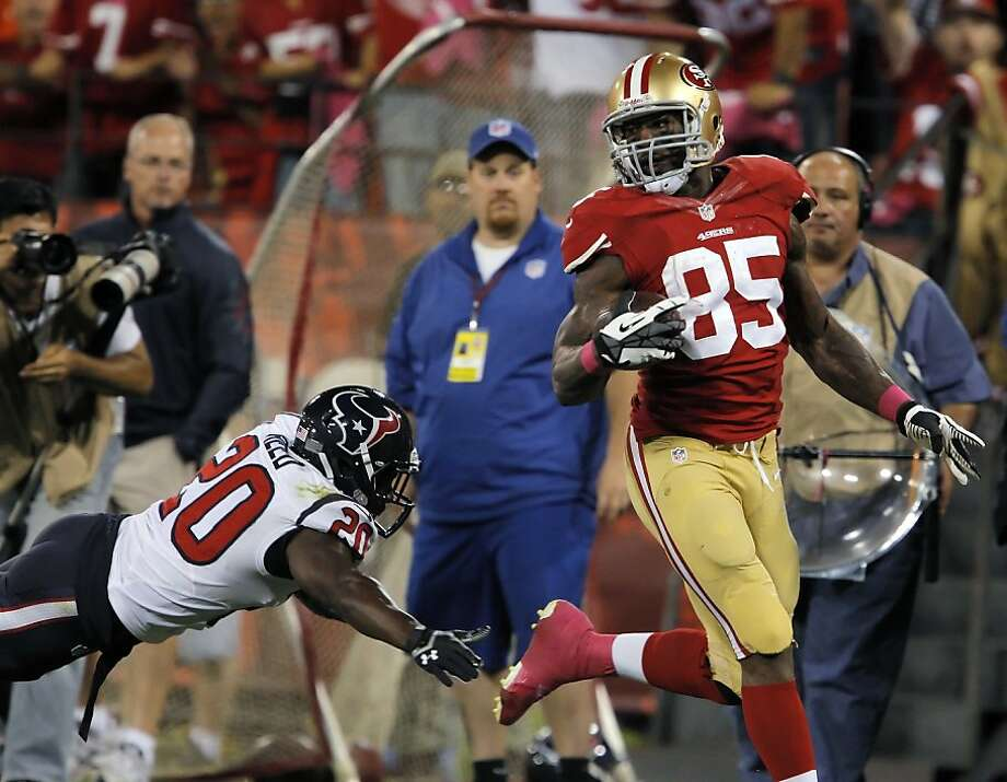 Vernon Davis eludes Houston's Ed Reed during a 64-yard touchdown reception. Photo: Carlos Avila Gonzalez, The Chronicle