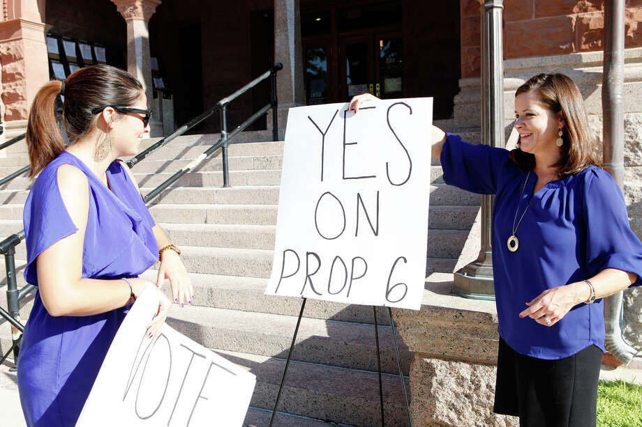 Prop. 6 supporters set up posters at a rally on the south steps of the Bexar County Courthouse. Photo: For The San Antonio Express-News / SAN ANTONIO EXPRESS-NEWS