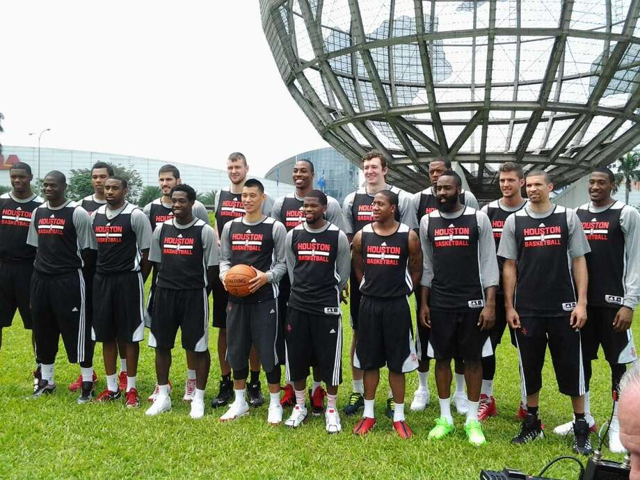 The Rockets take a team photo at the Mall of Asia. Photo: Jonathan Feigen, Houston Chronicle