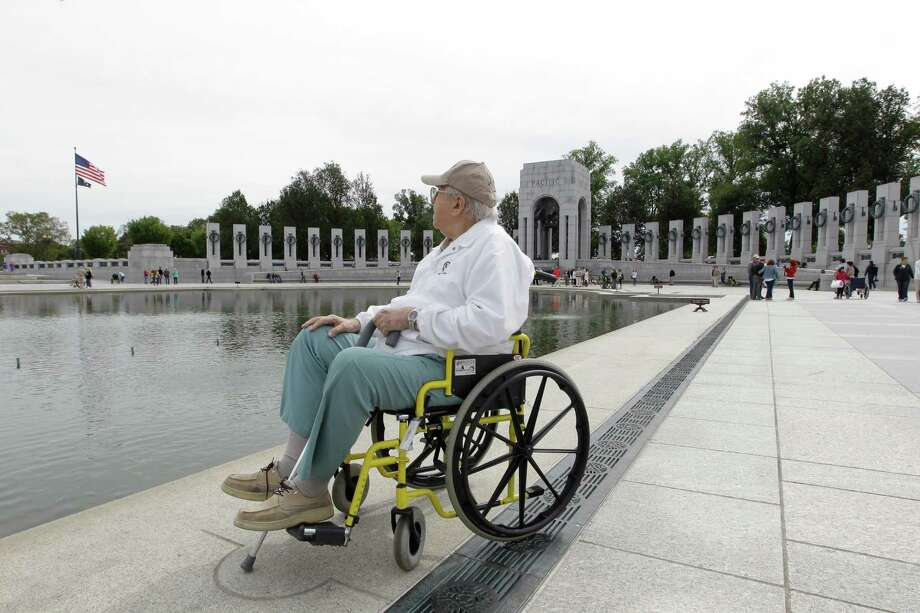 U.S. Army World War II veteran Dom Di Geronimo, of Florida, looks at the Washington Memorial during a visit at the World War II memorial  in Washington, Tuesday, Oct. 8, 2013. Photo: Luis M. Alvarez, Associated Press / FR596 AP