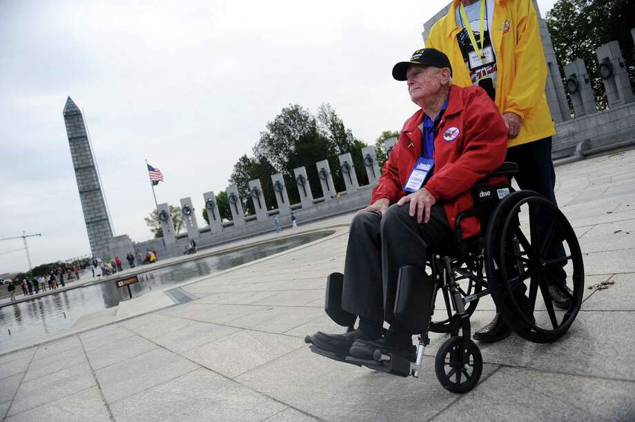 WWII veteran Raymond Wadsworth visits the WWII Memorial in Washington, D.C., October 8, 2013. Photo: Olivier Douliery, McClatchy-Tribune News Service / Abaca Press