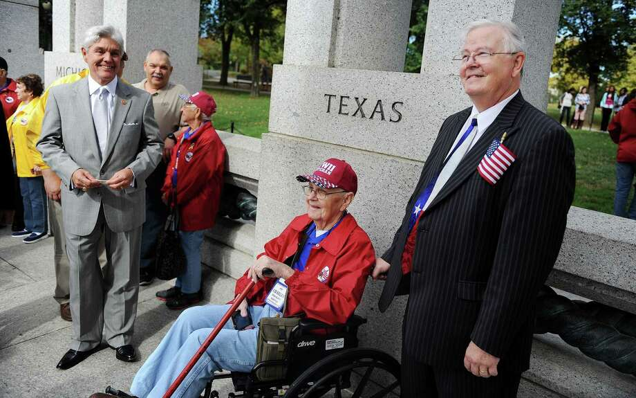 Congressmen Joe Barton and Roger William stand with WWII veteran Charles Vermillion at the WWII Memorial in Washington, D.C., October 8, 2013. Photo: Olivier Douliery, McClatchy-Tribune News Service / Abaca Press