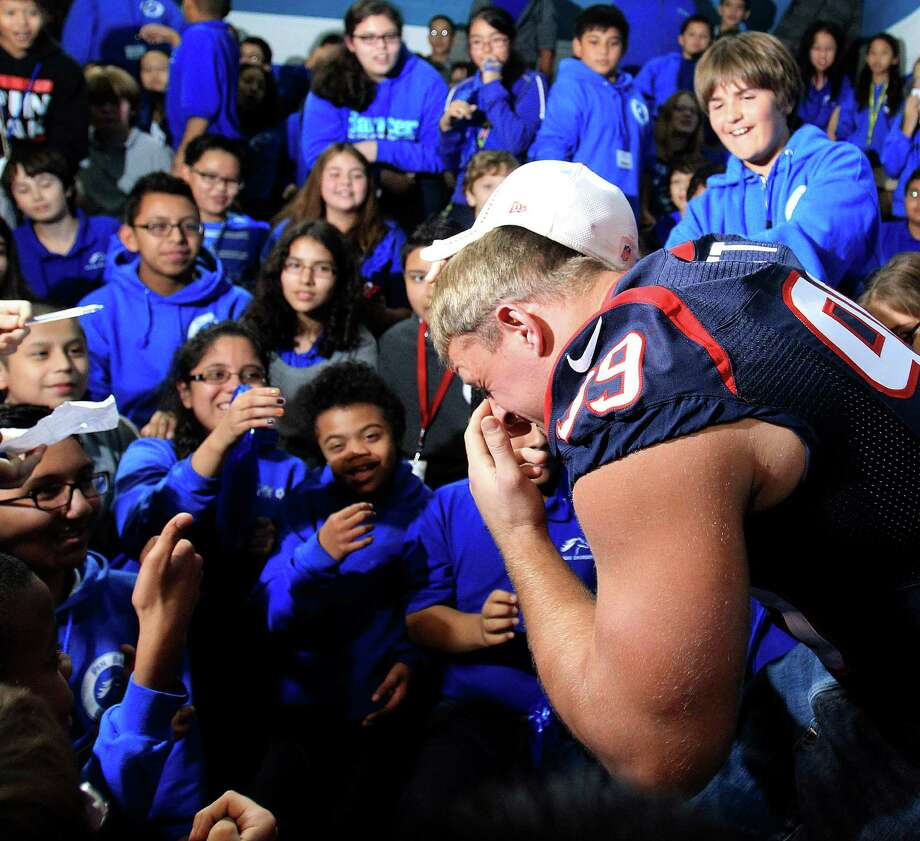 Houston Texans defensive end J. J. Watt shows off his scar to children at a pep rally. Photo: Karen Warren, Houston Chronicle / © 2013 Houston Chronicle