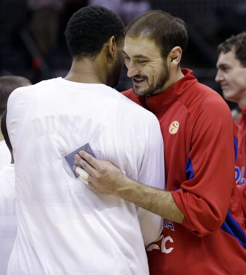 CSKA Moscow's Nedad Krstic, right, hugs San Antonio Spurs' Tim Duncan as the teams trade gifts prior to an exhibition NBA basketball game, Wednesday, Oct. 9, 2013, in San Antonio. Photo: Eric Gay, Associated Press