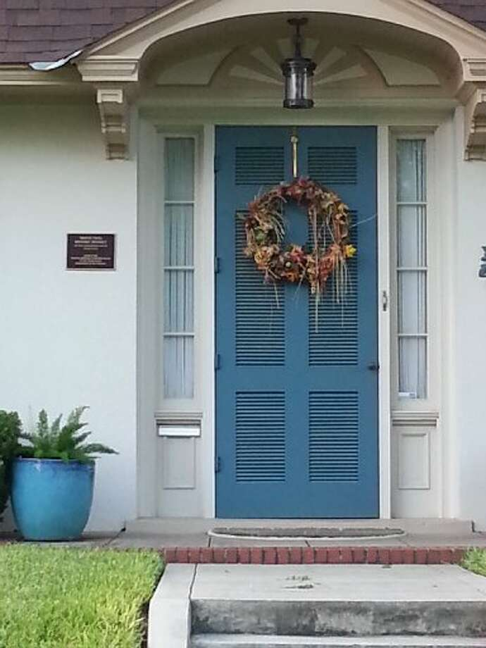 I love the sort of messy, bed-head quality of this wreath with the pieces of straw or raffia hanging down. Like a sexy undone ponytail -- but for the front door. Photo: Emily Spicer, San Antonio Express-News