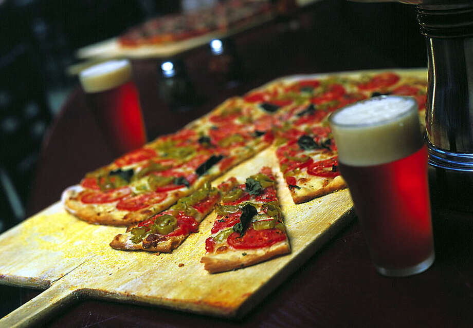 KRT FOOD STORY SLUGGED: PIZZA KRT PHOTO BY LAURIE PROFFITT/CHICAGO TRIBUNE (January 15) The pizza at Piece, a Chicago restaurant that features pizza and micro-brewed beer, is made East Coast style, with a thin, pleasantly chewy crust. (TB) NC KD 2002 (Horiz) (mvw) -- NO MAGS, NO SALES -- Photo: LAURIE PROFFITT, KRT / CHICAGO TRIBUNE