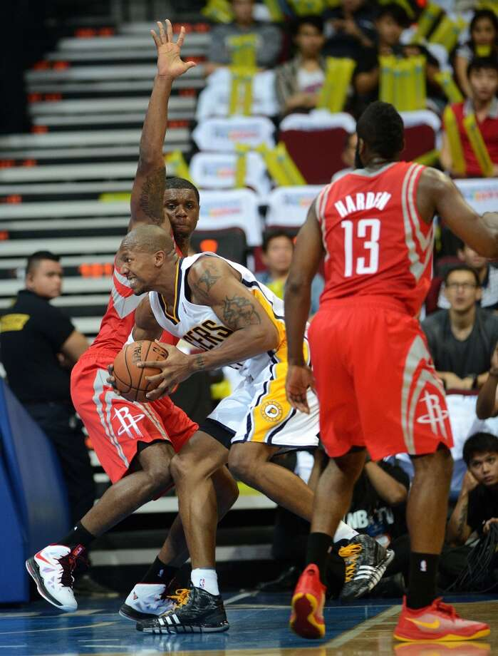 Pacers forward David West tries to get position against Ronnie Brewer of the Rockets. Photo: NOEL CELIS, AFP/Getty Images