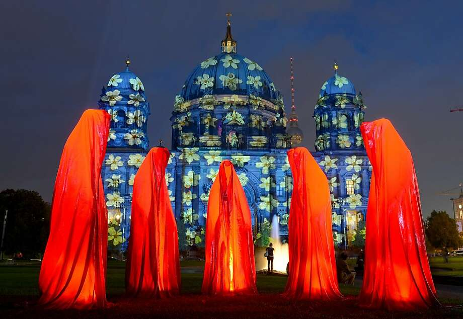 "The watchers: The art installation ""Waechter der Zeit"" (guardians of time) stands in front of the Berlin cathedral during the 