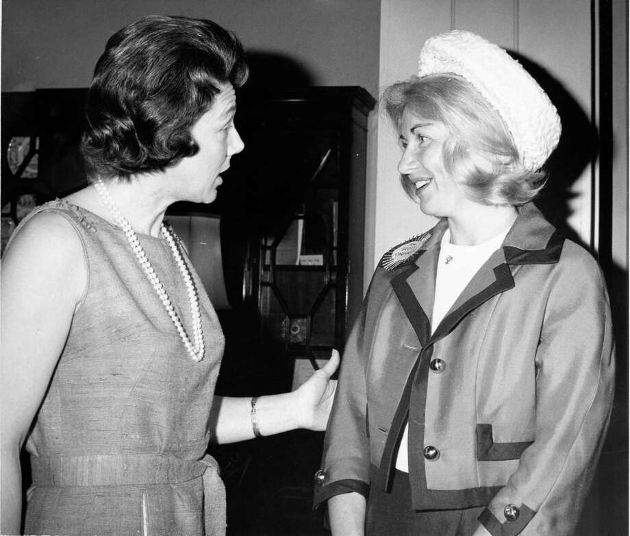 04/16/1963   (L-R) Nellie Connally, wife of Texas Gov. John Connally, greets sorority sister Rene Carpenter, wife of astronaut Scott Carpenter. Mrs. Carpenter and eight other astronauts  wives were Mrs. Connally s guests for coffee at the Governor s Mansion in Austin. Photo: Jess Gibson, HC Staff