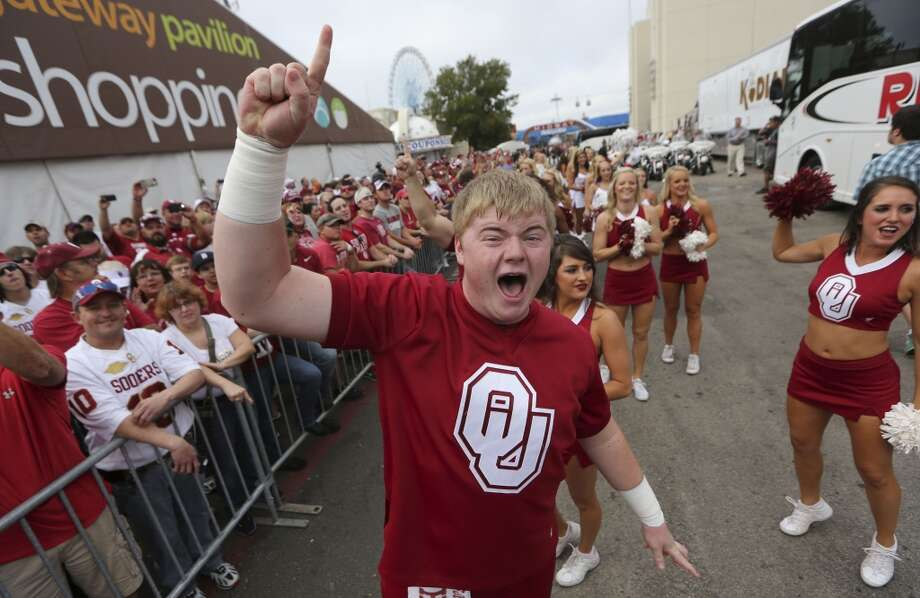 Oklahoma freshman cheerleader Kyle Kachelmeyer cheers as his team arrives on Saturday morning. Photo: LM Otero, Associated Press