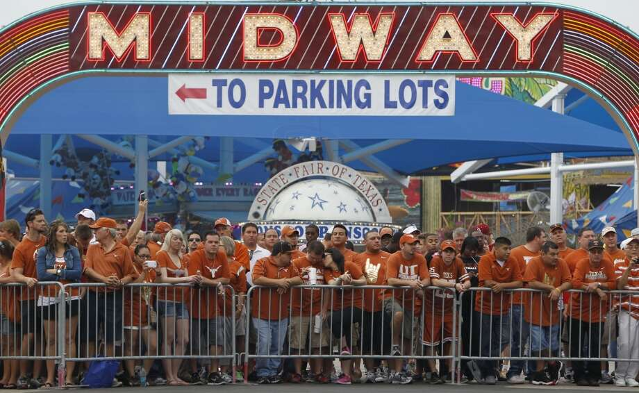 Texas fans wait for the team to arrive on Saturday morning. Photo: Brandon Wade, Associated Press