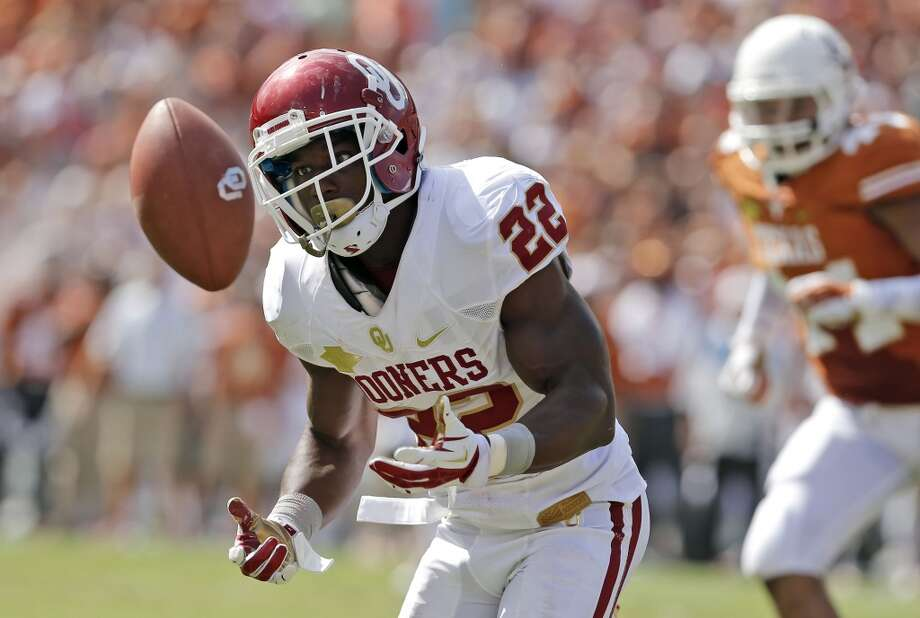 Oklahoma running back Roy Finch (22) bobbles a short pass during the first half . Photo: Brandon Wade, Associated Press