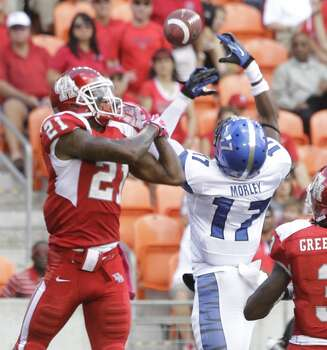 Memphis' Chris Morley, right, breaks up pass intended for Houston' Markeith Ambles, left, during the second quarter. Photo: Melissa Phillip, Houston Chronicle