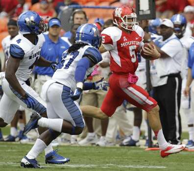 Quarterback John O'Korn carries the ball during the first quarter. Photo:  Melissa Phillip, Houston Chronicle