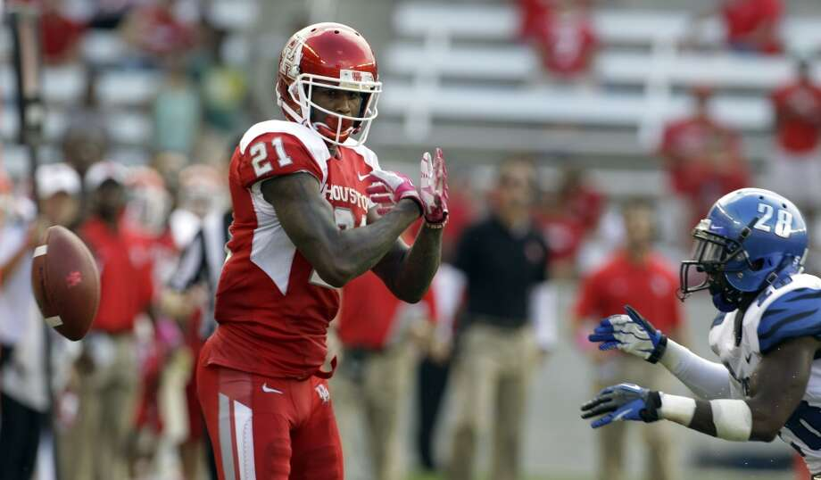 Markeith Ambles cannot make the catch in front of Andrew Gaines during the fourth quarter. Photo: Melissa Phillip, Houston Chronicle