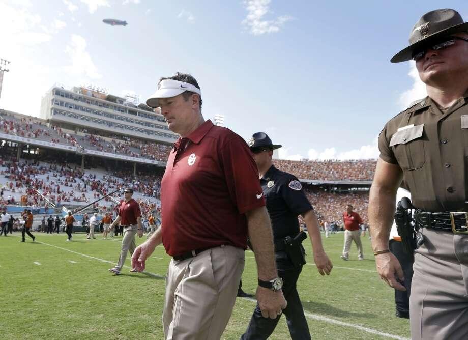 Oklahoma head coach Bob Stoops walks off the field after the loss. Photo: LM Otero, Associated Press
