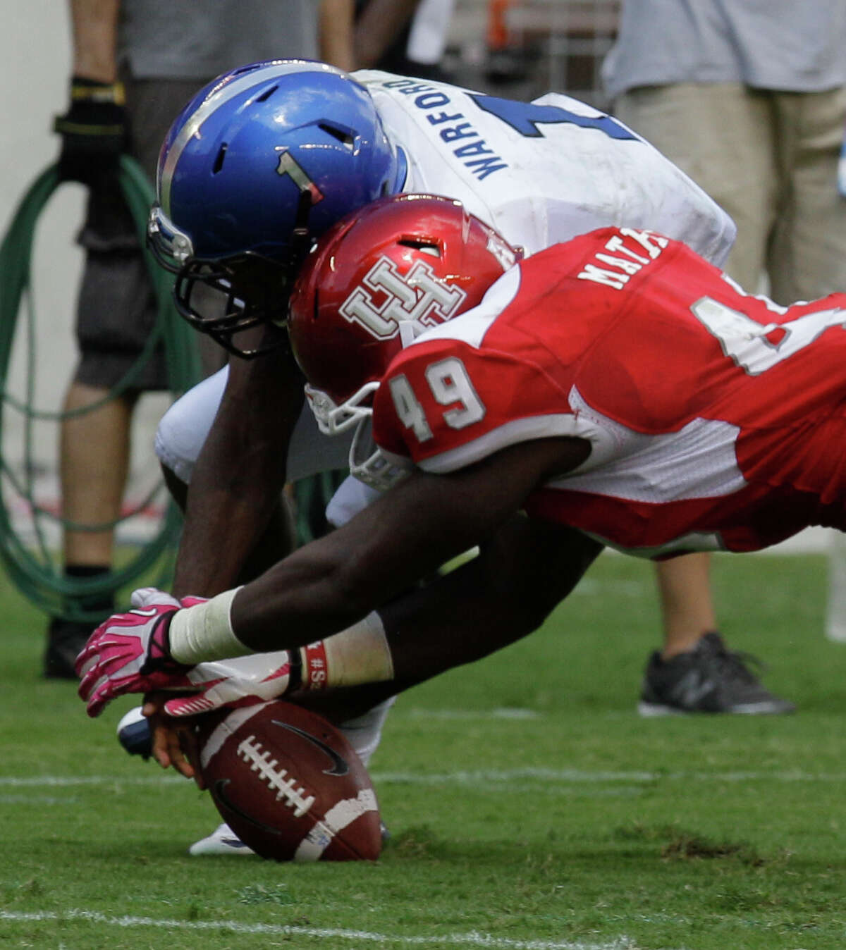 UH's Derrick Mathews recovers a fumble by Memphis' Marquis Warford, one of four turnovers forced by the Cougars' defense Saturday.