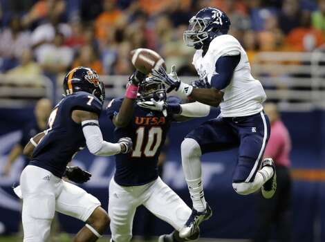 Rice's Dennis Parks, right, pulls in a pass for a touchdown as UTSA's Triston Wade (7) and Brian King (10) defend during the first half of an NCAA college football game on Saturday, Oct. 12, 2013, in San Antonio. (AP Photo/Eric Gay) Photo: Eric Gay, Associated Press