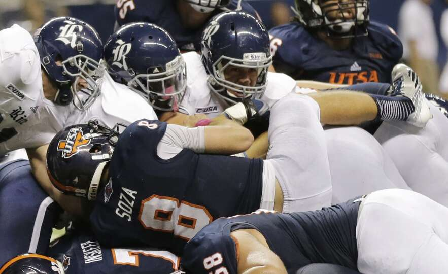UTSA's Eric Soza (8) dives for a touchdown during the second half of an NCAA college football game a