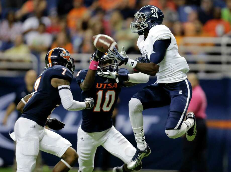 Rice's Dennis Parks beats two UTSA defenders on a 37-yard touchdown pass from Taylor McHargue in the second quarter. Photo: Eric Gay, STF / AP