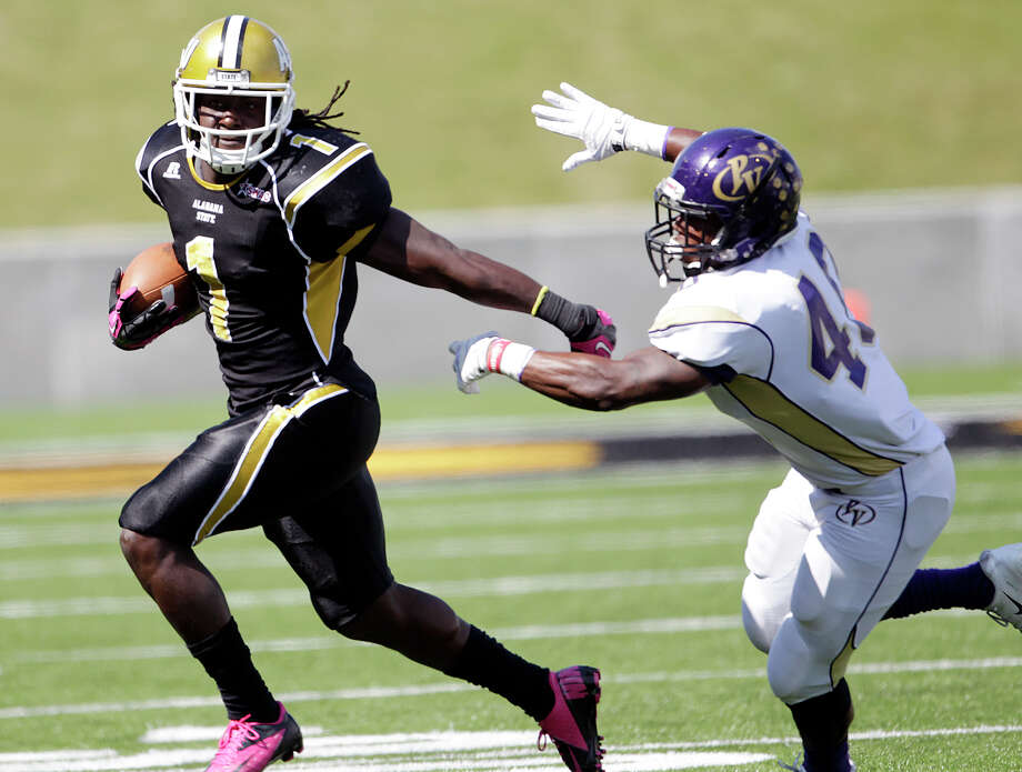 Alabama State's Isaiah Crowell (1) is chased out of bounds by Prairie View linebacker Jerome Howard. Photo: Jay Sailors, FRE / FR171037 AP