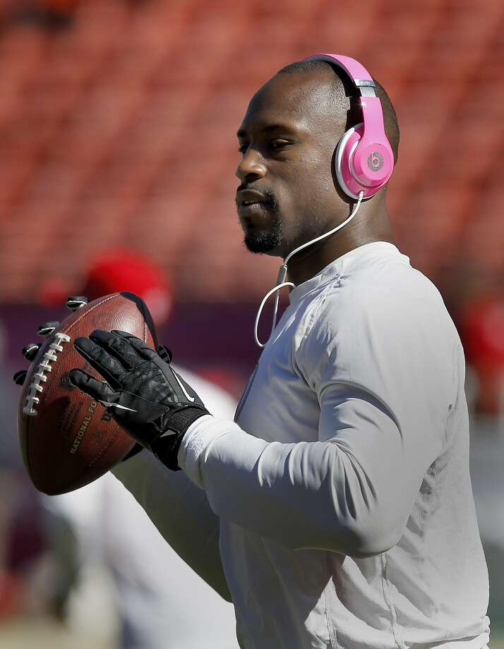 The 49ers Vernon Davis listens to music as he works out before the game Sunday October 13, 2013 in San Francisco, Calif. The San Francisco 49ers vs the Arizona Cardinals at Candlestick Park. Photo: Brant Ward, The Chronicle