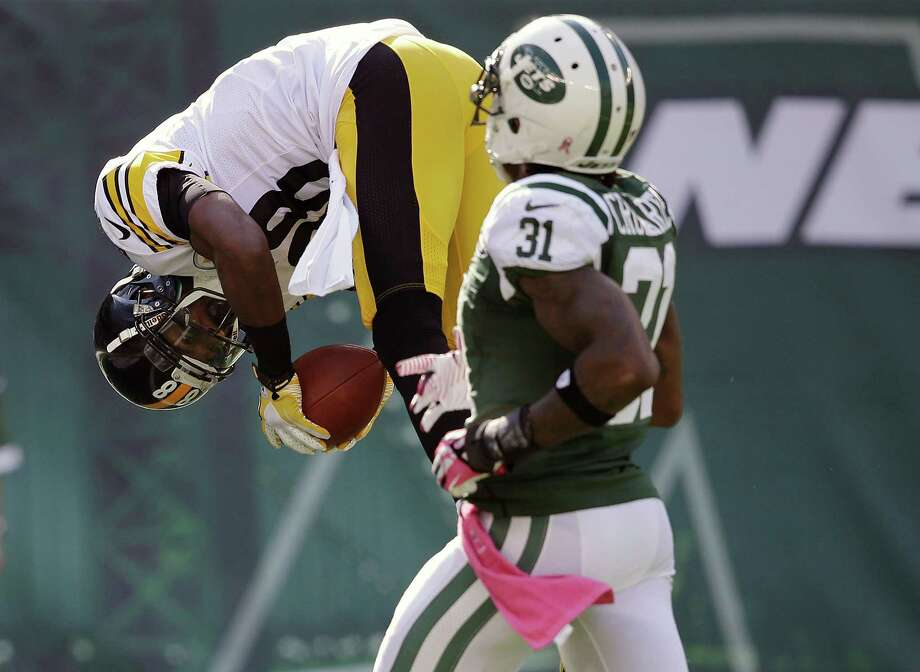 Pittsburgh Steelers' Emmanuel Sanders (88) flips into the end zone for a touchdown as New York Jets' Antonio Cromartie (31) chases him during the second half of an NFL football game Sunday, Oct. 13, 2013, in East Rutherford, N.J.  (AP Photo/Seth Wenig) ORG XMIT: ERU113 Photo: Seth Wenig / AP