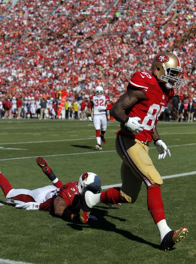 Vernon Davis scores on a pass from Colin Kaepernick in the second quarter, his second touchdown. The San Francisco 49ers played the Arizona Cardinals at Candlestick Park in San Francisco, Calif., on Sunday, October 13, 2013. Photo: Carlos Avila Gonzalez, The Chronicle