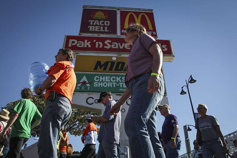 A report by UC Berkeley and the University of Illinois at Urbana-Champaign staffers comes on the heels of a fast-food staff walkout in August over low pay. Photo: Sam Wolson, Special To The Chronicle