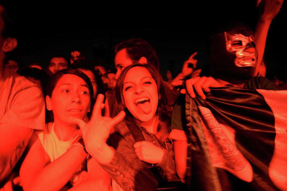 Aficionados de la música disfrutan durante la interpretación de Queens of the Stone Age en el festival Corona Capital en México. Photo: Alfredo Estrella / AFP / Getty Images