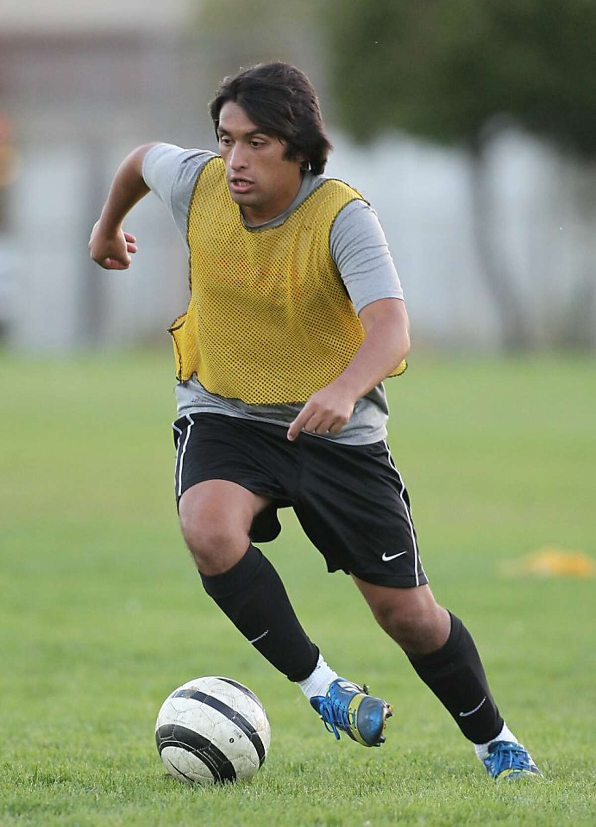 Daniel Argueta scrimages during practice at San Rafael High in San Rafael, Calif. on Tuesday, Oct. 15, 2013.