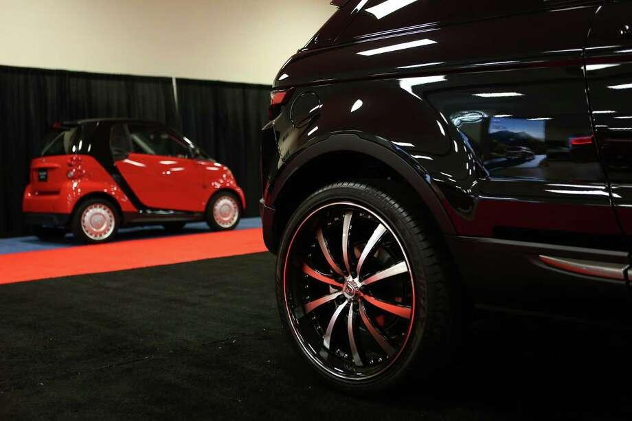 A Range Rover and a Smart Car. Photo: JOSHUA TRUJILLO, SEATTLEPI.COM / SEATTLEPI.COM