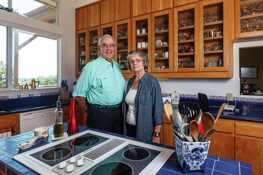 Al Ely and Mary Jane Ely in their kitchen on Monday, Sept. 30, 2013.  MARVIN PFEIFFER/ mpfeiffer@express-news.net Photo: MARVIN PFEIFFER, Marvin Pfeiffer/ Express-News / Express-News 2013