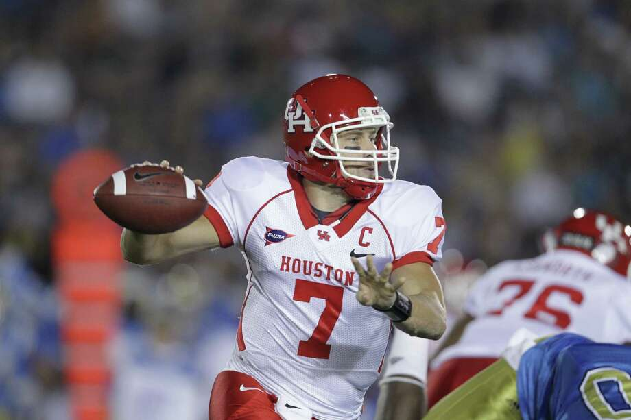 Houston quarterback Case Keenum (7) looks to pass the ball against UCLA  Saturday, Sept. 18, 2010, in the Rose Bowl in Pasadena. Photo: Nick De La Torre, Houston Chronicle / Houston Chronicle
