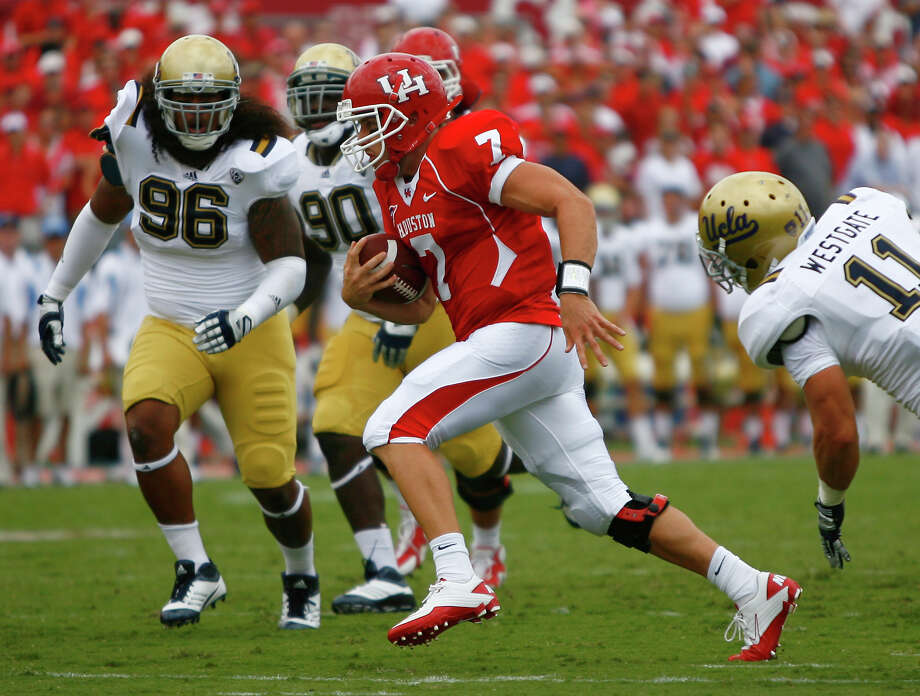 University of Houston quarterback Case Keenum (7) scrambles for a first down against the UCLA defense in the first quarter of a NCAA football game, Saturday, Sept. 3, 2011, in Robertson Stadium in Houston. Photo: Nick De La Torre, Houston Chronicle / © 2011 Houston Chronicle