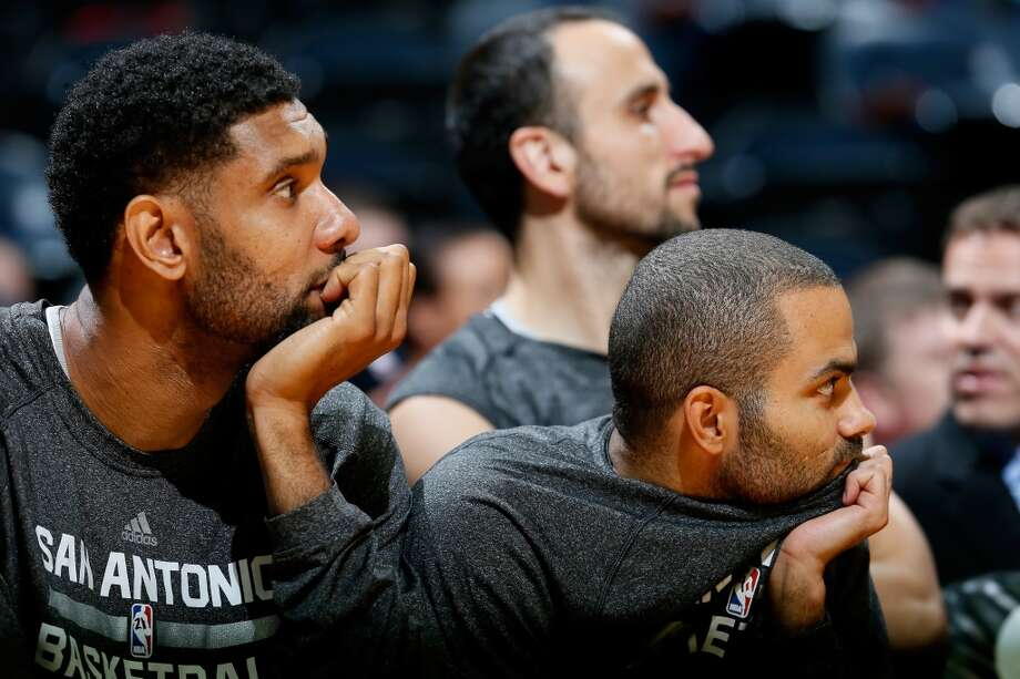 Tim Duncan #21 and Tony Parker #9 of the San Antonio Spurs watch in the final seconds during the game against the Atlanta Hawks at Philips Arena on October 17, 2013 in Atlanta, Georgia. Photo: Kevin C. Cox, Getty Images
