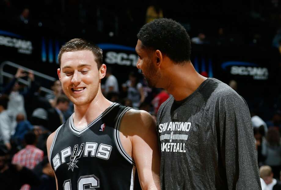 Tim Duncan #21 of the San Antonio Spurs congratulates Aron Baynes #16 after Baynes hit the go-ahead basket in the final seconds against the Atlanta Hawks at Philips Arena on October 17, 2013 in Atlanta, Georgia. Photo: Kevin C. Cox, Getty Images
