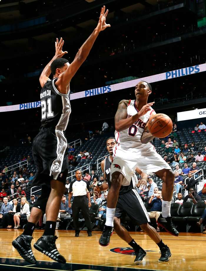 Jeff Teague #0 of the Atlanta Hawks drives against Kawhi Leonard #2 and Tim Duncan #21 of the San Antonio Spurs at Philips Arena on October 17, 2013 in Atlanta, Georgia. Photo: Kevin C. Cox, Getty Images