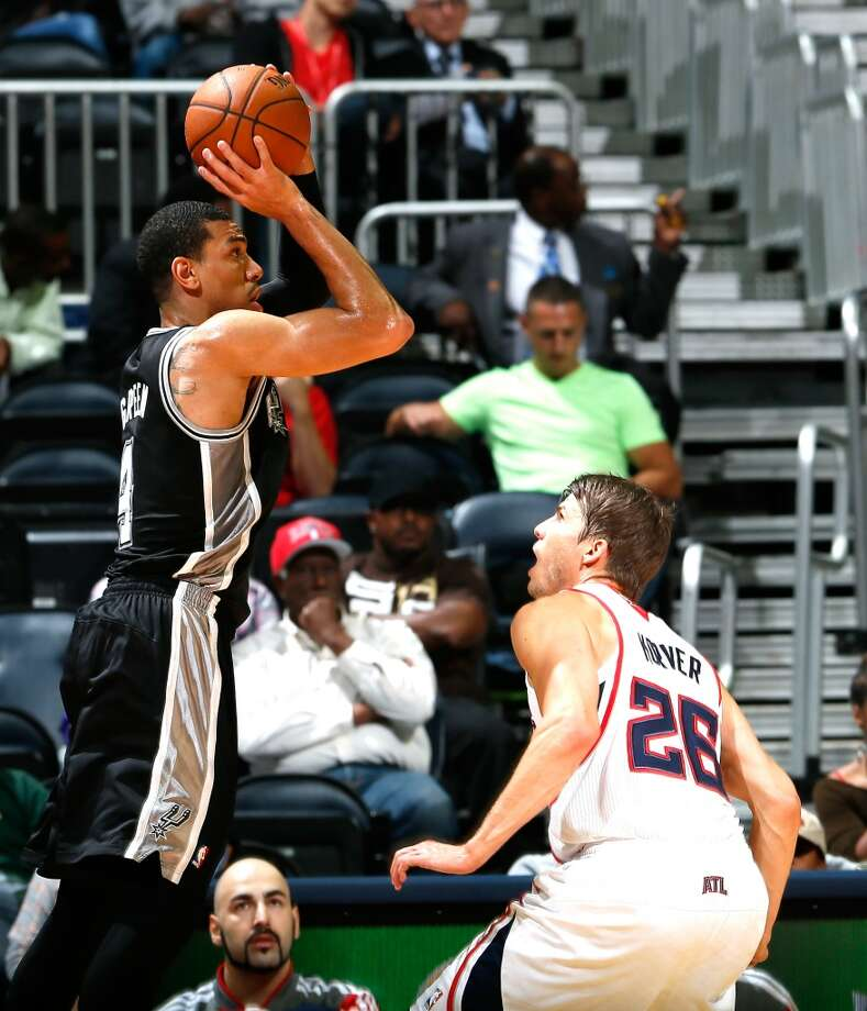 Danny Green #4 of the San Antonio Spurs shoots over Kyle Korver #26 of the Atlanta Hawks at Philips Arena on October 17, 2013 in Atlanta, Georgia. Photo: Kevin C. Cox, Getty Images