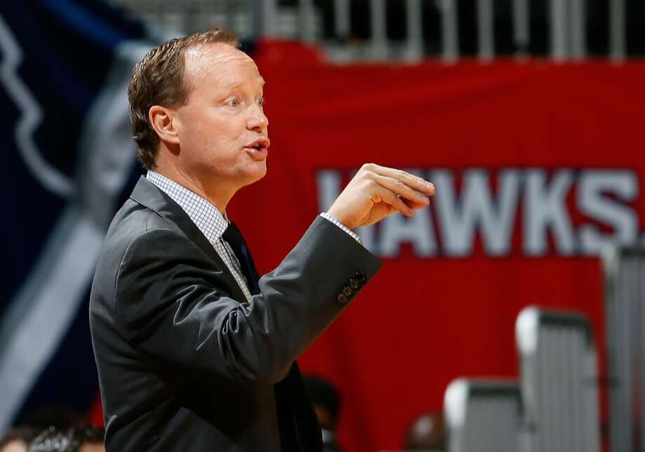 Mike Budenholzer of the Atlanta Hawks converses with his players during the game against the San Antonio Spurs at Philips Arena on October 17, 2013 in Atlanta, Georgia. Photo: Kevin C. Cox, Getty Images