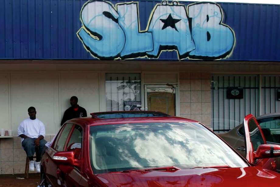 Two men hang out at Da Slab Spot in 2007 before driving to Martin Luther King Blvd. ( Johnny Hanson / For the Chronicle) Photo: Johnny Hanson, For The Chronicle / Freelance