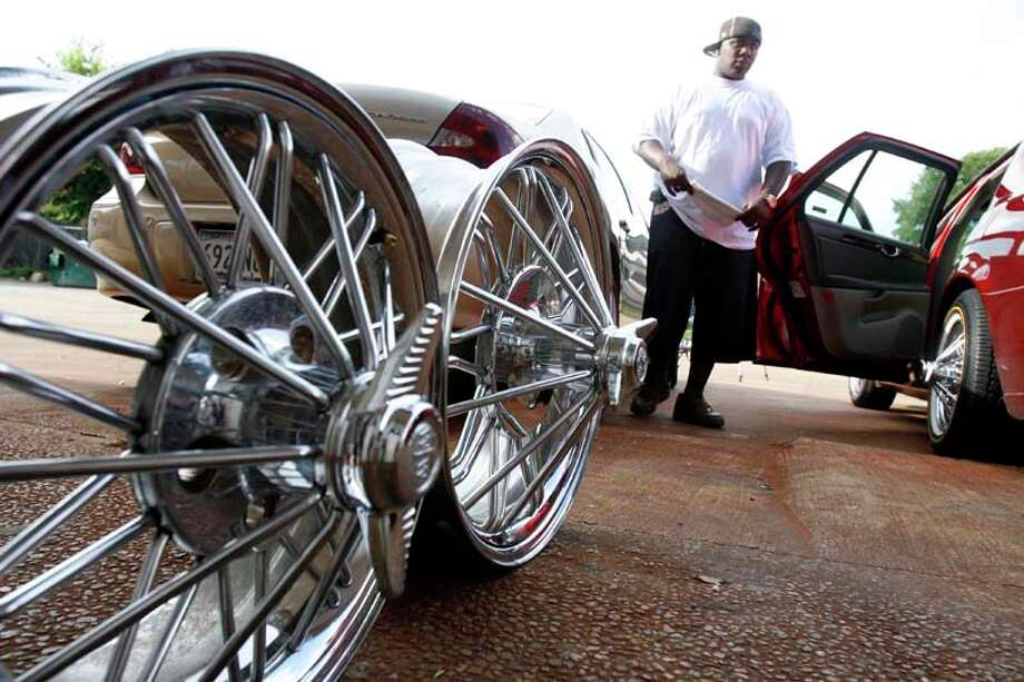 A set of rims sits for sale in front of Da Slab Spot in 2007. ( Johnny Hanson / For the Chronicle) Photo: Johnny Hanson, For The Chronicle / Freelance