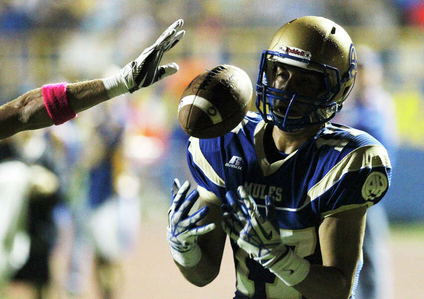 Alamo Heights' Noah Hernandez (17) attempts a catch against Kerrville Tivy at Orem Stadium on Friday, Oct. 18, 2013.