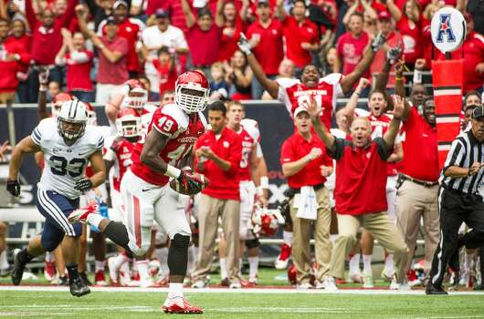 Houston linebacker Derrick Mathews returns an interception 29 yards for a touchdown during the first quarter. Photo: Smiley N. Pool, Houston Chronicle