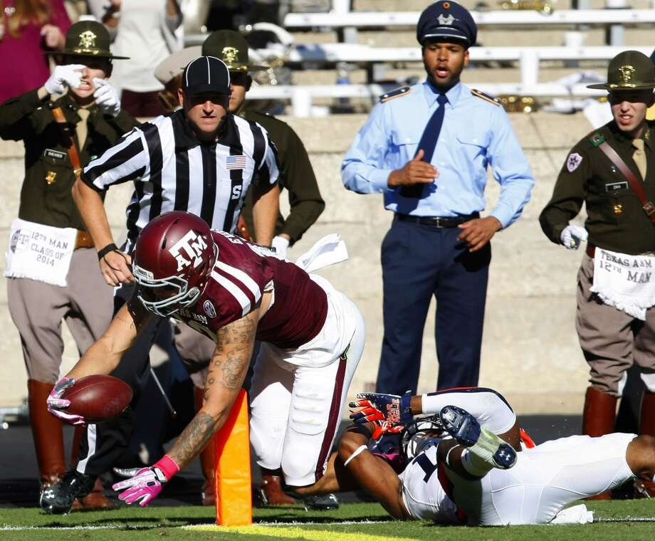 Texas A&M wide receiver Mike Evans shakes a tackle from Auburn defensive back Ryan White to score a 42-yard touchdown during the second quarter. Photo: Cody Duty, Houston Chronicle